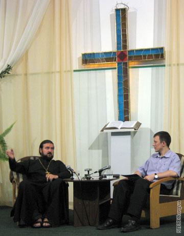 Андрей Ткачёв говорит с протестантами