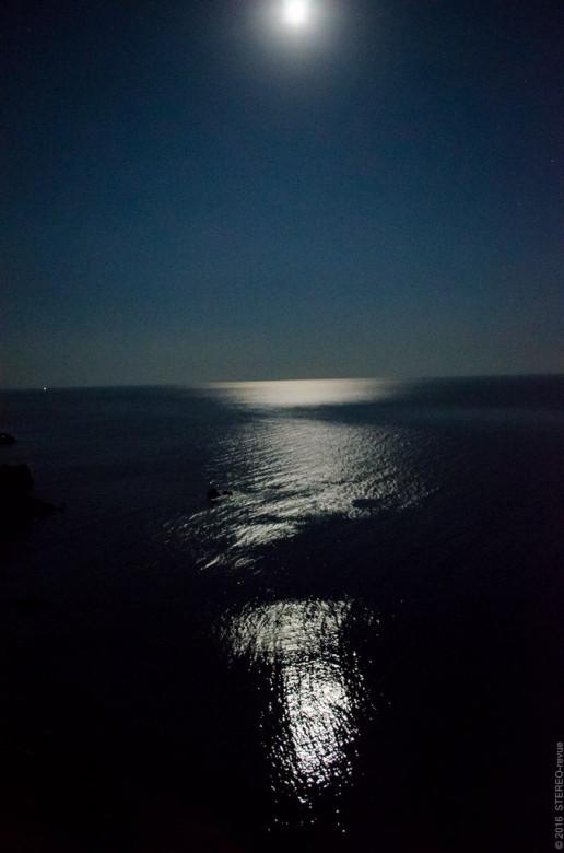 Дорожка. Луна уже так высоко, что на самом широком зуме  не помещается, приходится фотографировать под углом.