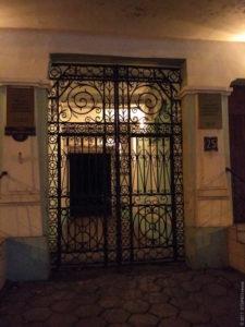 Все дворики в Одессе ограждены банальными стальными дверями. Но не так в экономическом университете. Тут - изящная решётка.