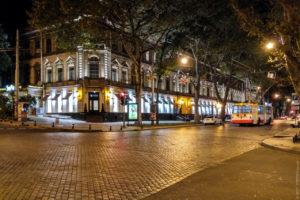 Брусчатка на ул. Пушкинской уложена по диагонали - большой выигрыш для автомобильной подвески и для акустического оформления города.