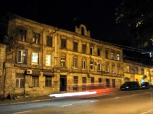 Все дома ночью в Одессе имеют ровно по два ярко светящихся окошка.