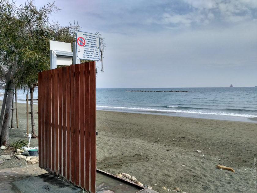В первый день за границей обращаешь внимание буквально на каждую ерундовую мелочь. Например, на душ на пляже и на предупреждение, что шампунь запрещён. Несмотря на холод - градусов 15 воздуха и 18 воды - душем пользовались почти все купающиеся.