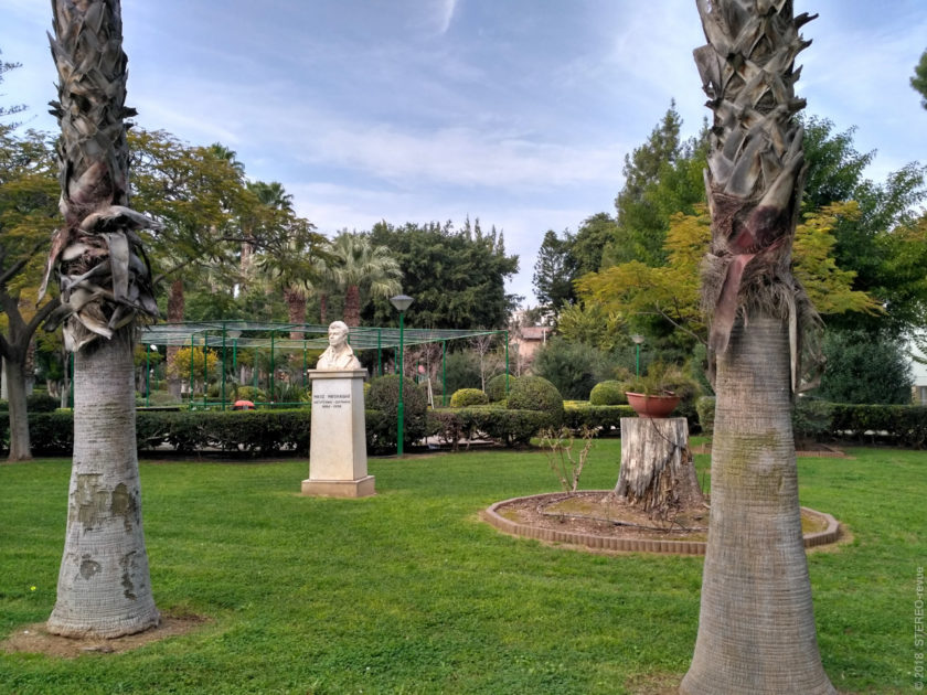...кроме памятников - их в городе не густо, а вот в парке!..