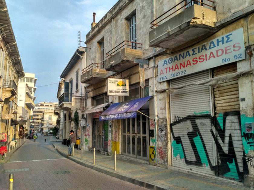 Типичная улочка Лимасола. Ближе к центру ещё встречаются надписи по-английски.